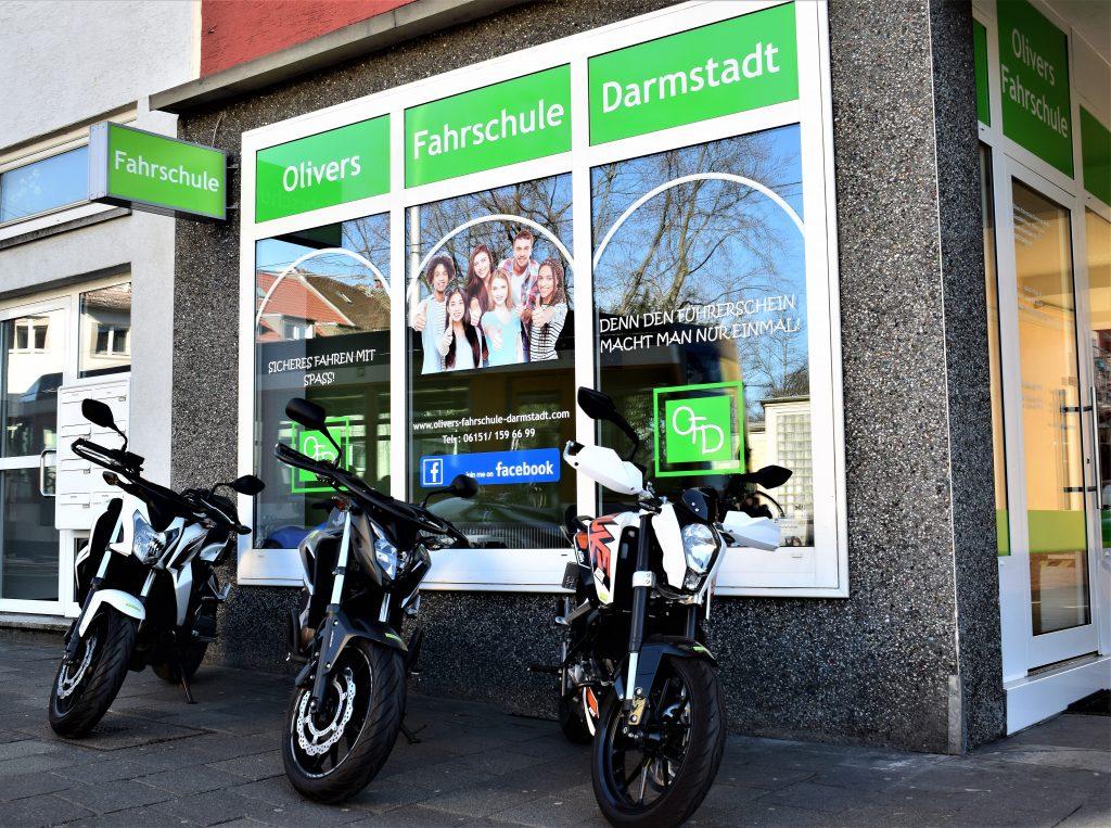 Außenansicht der Olivers Fahrschule Darmstadt GmbH mit Motorrädern